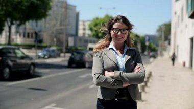 şehir içinde mutlu iş kadını — Stok video