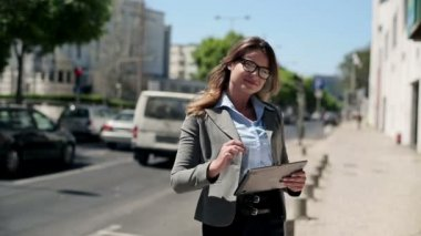 Businesswoman with tablet computer by street — Vidéo