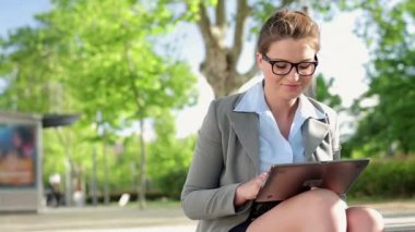 Businesswoman working on tablet in city — Stock Video