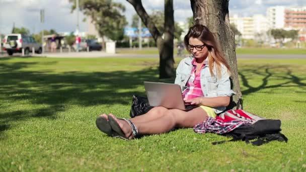 étudiante avec ordinateur portable dans le parc — Vidéo