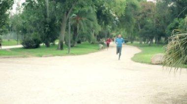 Ağır çekim shot insanın koşu — Stok video