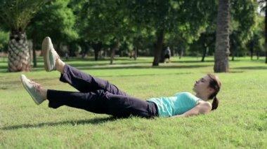 Woman doing scissors exercise — Stock Video