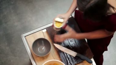 Mulher, adicionando milho para salada de legumes — Vídeo stock