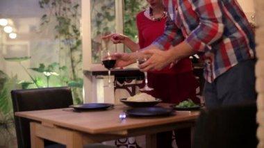 Couple putting spaghetti on plates — Stock Video