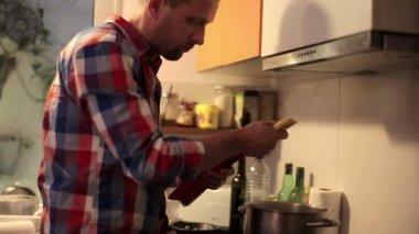 Man cooking spaghetti — Stock Video