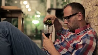 Drunk man pouring wine — Stock Video