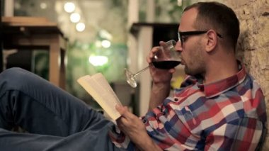 Man reading book and drinking wine — Vídeo Stock