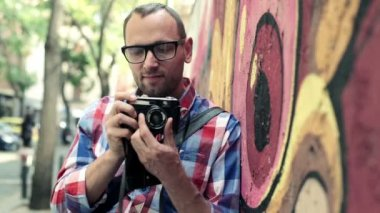 Hipster taking photo with retro camera — Stockvideo