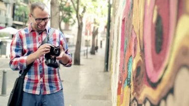 Hipster taking photo of graffiti art — Stok video