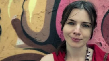 Woman standing by graffiti wall — Stock Video
