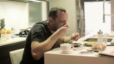 Man eating meal — Стоковое видео
