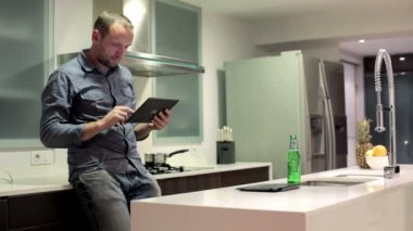 Man with tablet in kitchen — Stock Video