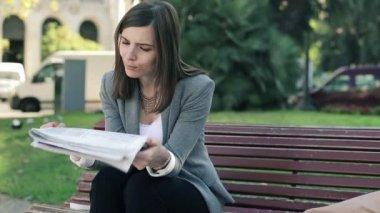 Businesswoman reading newspaper — Stock Video
