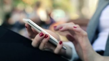 Woman hands texting on smartphone — Stock Video