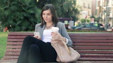 喝咖啡的智能手机的女商人 — 图库视频影像