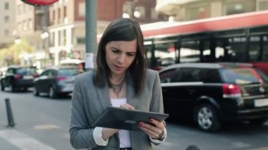 Businesswoman working on tablet — Vídeo stock