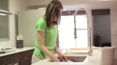 Woman washing dishes — Stock Video