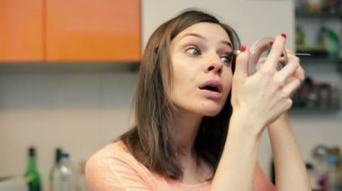 Frau schminken am Augenlid — Stockvideo