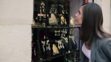 Woman looking at shopwindow — Stock Video
