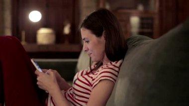 Vrouw texting op smartphone — Stockvideo