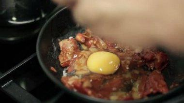 Preparing scrambled eggs — Stock Video