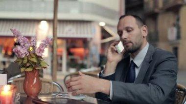 бизнесмен, пить кофе — Стоковое видео