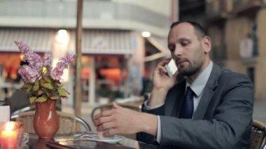 Podnikatel pití kávy — Stock video