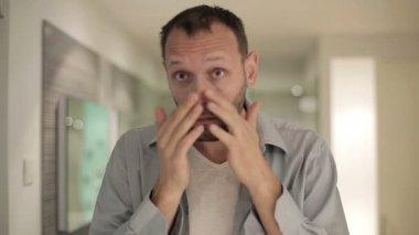 Hombre mirando sus arrugas — Vídeo de Stock