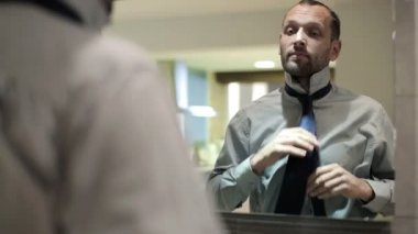 Businessman tying his tie — Vídeo de stock