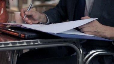 Mani scrivendo nei documenti — Video Stock