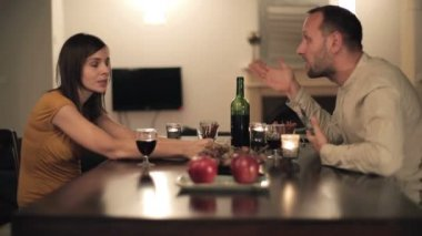 Couple arguing by the table — Vídeo de stock