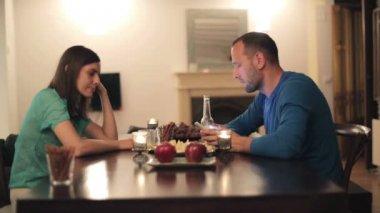 Couple arguing by table — Vídeo de stock