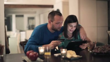 Couple doing online shopping — Stock Video