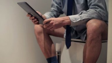 Businessman on toilet — Stock Video