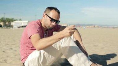 Sad man sitting on beach — Stock Video