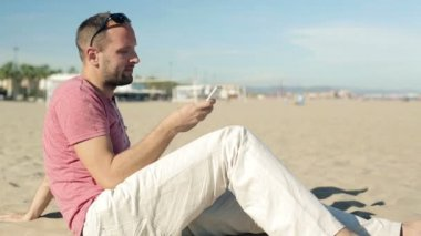 Man texting on smartphone — Stock Video
