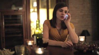 Mujer hablando por celular — Vídeo de stock