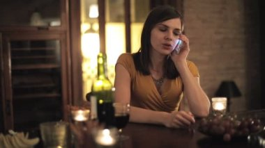 Woman talking on cellphone — Stock Video