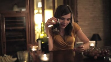 Woman texting on smartphone — Stock Video