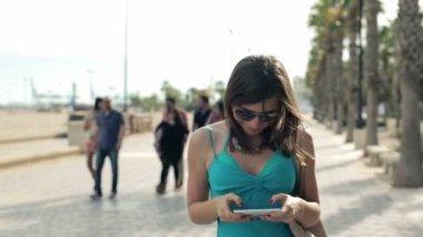 女人发短信、 走路 — 图库视频影像