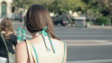 Woman crossing street in city — Vídeo de Stock