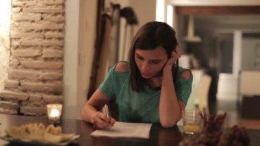 Kobieta czytanie rachunki — Wideo stockowe