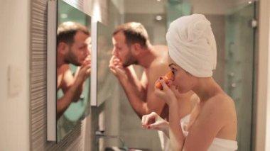 Paar Vorbereitung im Badezimmer — Stockvideo