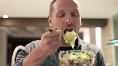Man eating salad — Stock Video