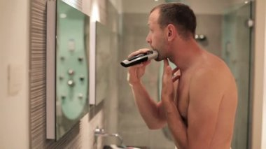 Man shaving — Stock Video