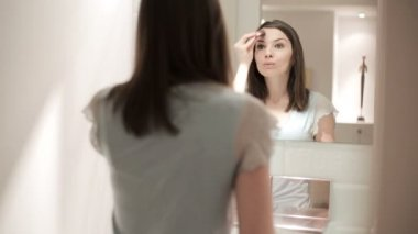 Woman applying makeup — Stok video