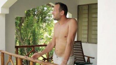 Man röka cigarett på verandan — Stockvideo