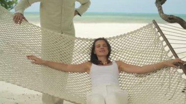 Çift sahilde rahatlatıcı — Stok video
