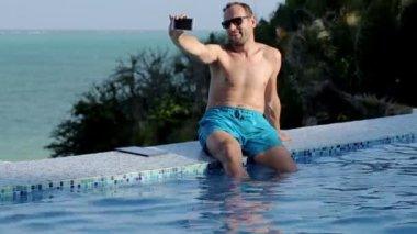 男は、スマート フォンで写真を撮影 — ストックビデオ