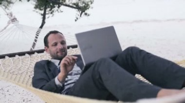 Businessman finishing work on laptop — Vídeo Stock
